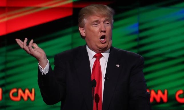 7月2日、トランプ米大統領は、自身がプロレスの試合で米CNNテレビに見立てた敵にタックルし、激しく殴打している動画をツイッターに投稿し、メディアへの攻撃をエスカレートさせた。写真は昨年3月、CNNがスポンサーを務めた米大統領選共和党指名候補者の討論会で話すトランプ氏。フロリダ州で撮影(2017年 ロイター/Carlo Allegri)