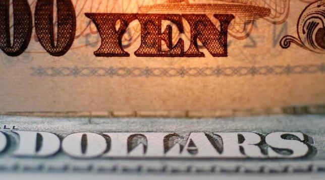 7月3日、正午のドル/円は、前週末ニューヨーク市場午後5時時点と比べ、わずかにドル高/円安の112.42/44円だった。東京都議選の結果や日銀短観などを消化しつつ、112円前半を中心に一進一退となった。写真は1万円札とドル紙幣、都内で2010年9月撮影(2017年 ロイター/Yuriko Nakao)