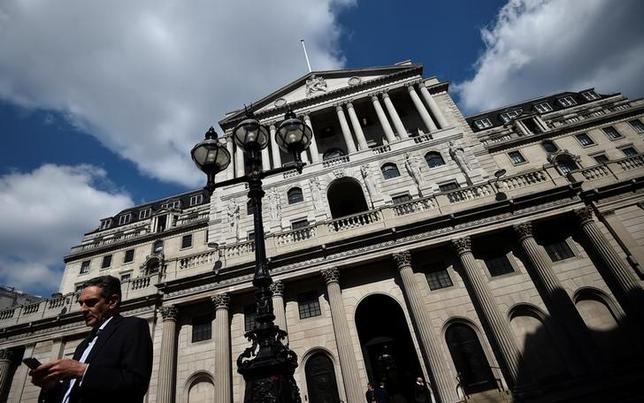 7月3日、イングランド銀行(英中銀)のブリハ金融政策委員はインディペンデント紙に対し、金利を低水準にとどめることを支持する姿勢を示した。写真はロンドンのシティーにあるイングランド銀行。4月撮影(2017年 ロイター/Hannah McKay/File Photo)