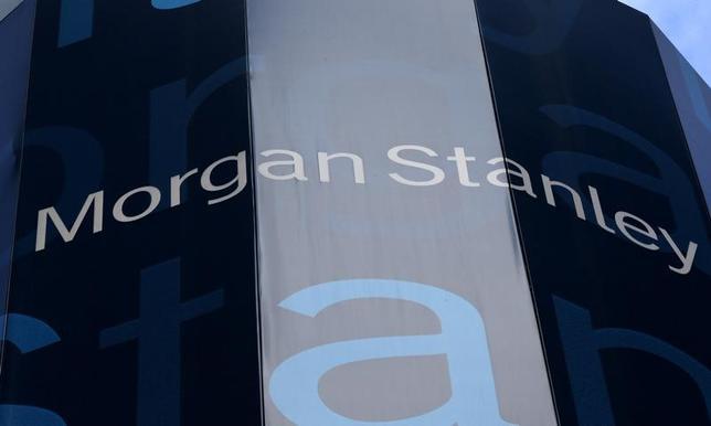 7月3日、毎年夏になると、ウォール街でウエルスマネジメント事業を手掛ける大手金融機関の一部は、富裕層顧客のミレニアル世代に該当する子息を対象にセミナーを開催している。写真は、同セミナーを開催した金融機関の1つであるモルガン・スタンレーのロゴ。NY市で2015年1月(2017年 ロイター/Mike Segar)