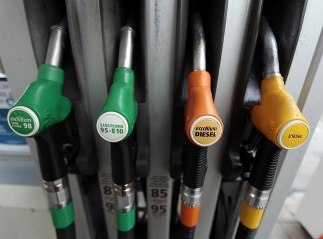7月4日、原油先物は小幅下落。米国の増産に一服の兆しが出る中、原油先物はこのところ上昇が続いていたが、この日は米独立記念日を控えたポジションの手仕舞いなどで下げている。仏ニースのガソリンスタンドで2014年12月撮影(2017年 ロイター/Eric Gaillard)