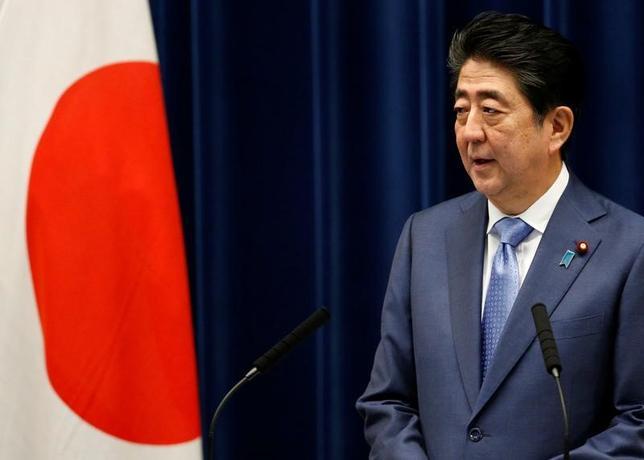 7月4日、安倍晋三首相は独ハンデルスブラット紙に寄稿し、20カ国・地域(G20)は2015年のパリ協定のような気候保護政策の継続に向け協力すべきと訴えた。6月撮影(2017年 ロイター/Toru Hanai)
