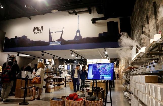 7月5日、良品計画は、2019年に銀座3丁目に「無印良品」の世界旗艦店をオープンすると発表した。また、同じビル内に日本初の「MUJI HOTEL」を開業する。写真はパリで昨年6月撮影(2017年 ロイター/Jacky Naegelen)