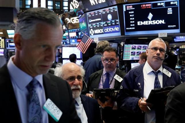 7月5日、米国株式市場は、ハイテク株が堅調でナスダック総合指数とS&P総合500種が上昇した一方、原油価格の急落を嫌気してエネルギー株は下げ、ダウ工業株30種は下落した。ニューヨーク証券取引所で撮影(2017年 ロイター/Brendan McDermid)