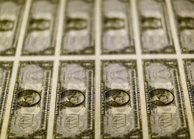 7月5日、終盤のニューヨーク外為市場では、米連邦公開市場委員会(FOMC)議事要旨から米金融政策当局者の間で今後の利上げペースを巡って意見が分かれていることが分かり、ドル指数が横ばいとなった。米財務省造幣局で2014年11月撮影(2017年 ロイター/Gary Cameron/File Photo)