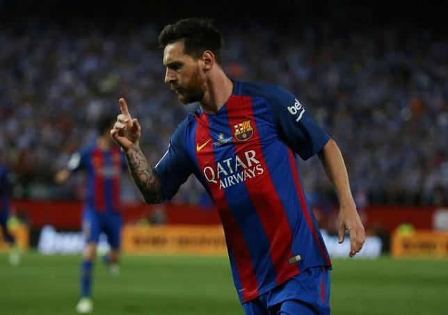 7月5日、サッカーのスペイン1部、バルセロナは、アルゼンチン代表のリオネル・メッシ(写真)と新たに4年契約を結ぶと発表した。マドリードで5月撮影(2017年 ロイター/Sergio Perez)