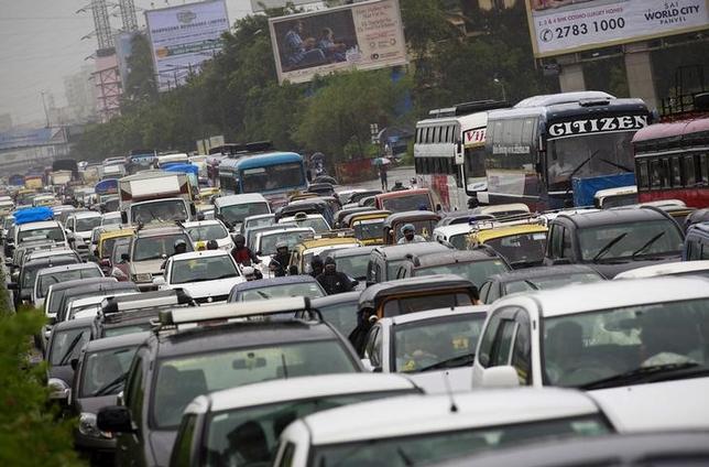 7月5日、インドは、自動車保有率の引き下げと交通渋滞の解消に向けて、自家用車を乗合タクシーとして利用する可能性を検討している。写真はムンバイで2015年6月撮影(2017年 ロイター/Danish Siddiqui)