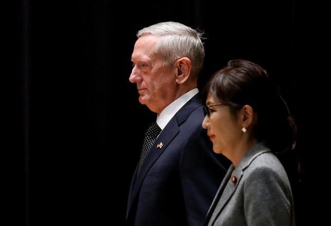7月5日、マティス米国防長官(左)は、北朝鮮のミサイル実験を巡り稲田防衛相(右)と電話で会談した。都内で2月撮影(2017年 ロイター/Toru Hanai)