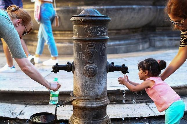 7月5日、イタリアのローマでは、通りの角々に設置され、常に新鮮な飲み水を提供している噴水の一部が熱波の影響で停止され、市民の間に不満が広がっている(2017年 ロイター/Alessandro Bianchi)