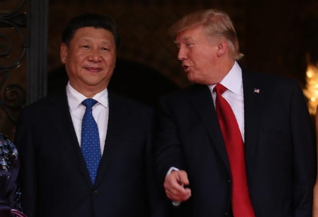 7月6日、7日開幕するG20サミットでは、北朝鮮問題が主要議題となる。大陸間弾道ミサイル(ICBM)を「レッドライン」としてきた米国が、対北朝鮮で頼みとする中国との首脳会談で連携強化を打ち出せるかが焦点だ。写真左は中国の習近平国家主席、右は米国のトランプ大統領。米フロリダ州で4月撮影(2017年 ロイター/Carlos Barria)
