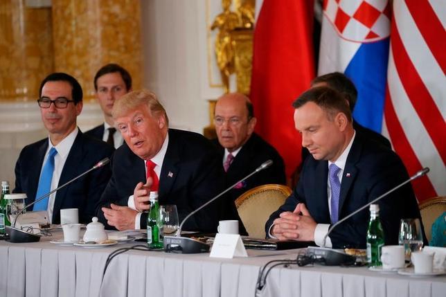 7月6日、トランプ米大統領は訪問先のポーランドで、NATOの加盟各国に防衛費を増額するよう再度迫った。また、北朝鮮が大陸間弾道ミサイルの発射実験を実施したことについて「厳しい」対応を検討していると述べた。ポーランドのドゥダ大統領との記者会見で撮影(2017年 ロイター/Carlos Barria)