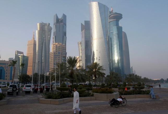 7月5日、カタールが4日発表した液化天然ガス(LNG)生産の大増産計画は、オーストラリアや米国、ロシアなどの競争相手に対してアジアなどでの顧客争奪戦を仕掛けようとしている。カタールの首都ドーハで6月撮影(2017年 ロイター/Naseem Zeitoon)