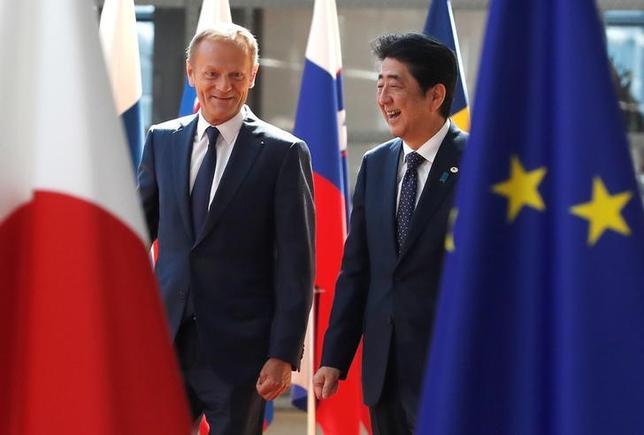 7月6日、日本と欧州連合(EU)が、お互いにトランプ米大統領に「振られた傷」を癒し合った。写真はEUのトゥスク大統領(左)と安倍首相。ブリュッセルで撮影。(2017年 ロイター/Yves Herman)