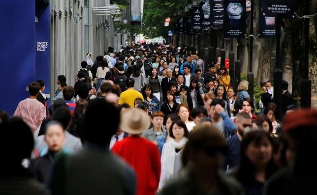 7月7日、日銀が7日発表した6月の「生活意識に関するアンケート調査」(第70回)によると、1、5年後ともに物価が「上がる」と見込んでいる人の割合が前回の3月調査から上昇し、2四半期連続で改善した。東京都内で5月撮影(2017年 ロイター/Toru Hanai)