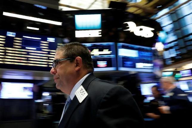7月7日、米国株は上昇して終了。米雇用統計を手がかりに、投資家の間で米経済の健全性を巡る自信が強まる中、S&P総合500種は過去6営業日で最大の伸びを記録した。写真はニューヨーク証取の様子。先月2日撮影。(2017年 ロイター/Brendan McDermid)