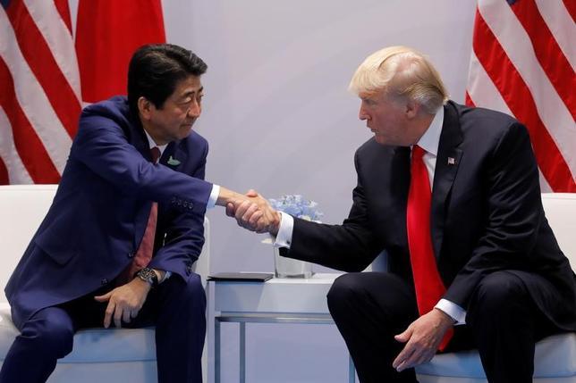 トランプ米大統領と安倍晋三首相は8日、20カ国・地域(G20)首脳会議の合間に会談を行い、北朝鮮の核開発問題について協議した。(2017年ロイター/Carlos Barria)