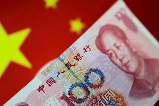 7月8日、中国国家外為管理局の潘功勝局長は、中国は競争力を高めるために人民元の切り下げを行う意図はないと指摘した。共産党機関誌「求是」に寄稿した。写真は人民元紙幣、5月撮影(2017年 ロイター/Thomas White)