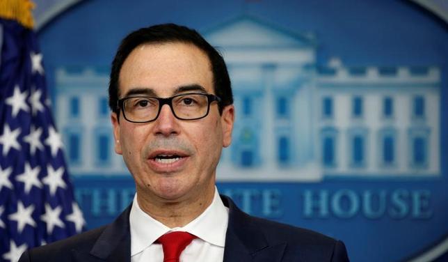 7月9日、ムニューシン米財務長官(写真)は、トランプ政権が主要課題とする税制改革について、中間所得層への減税による税収減を穴埋めするため最富裕層に対する増税を検討している事実はないと述べた。写真はワシントンで6月撮影(2017年 ロイター/Kevin Lamarque)