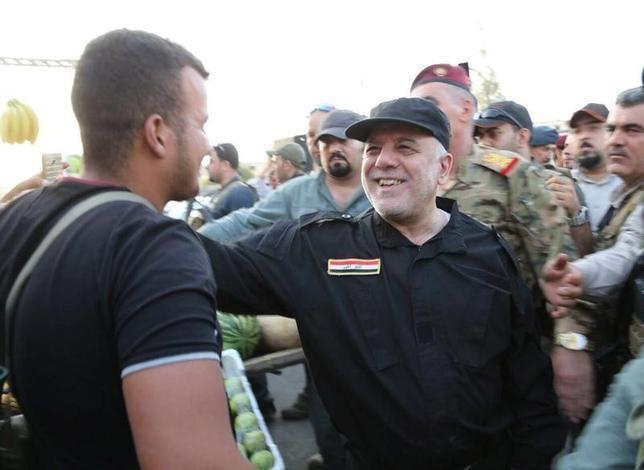 7月9日、イラクのアバディ首相(写真)は、過激派組織「イスラム国(IS)」が支配していた国内第2の都市モスルに入り、「勝利」したと表明した。イスラム国との争いは大きな節目を迎えた。提供写真(2017年 ロイター/Iraqi Prime Minister Media Office/Handout via REUTERS)