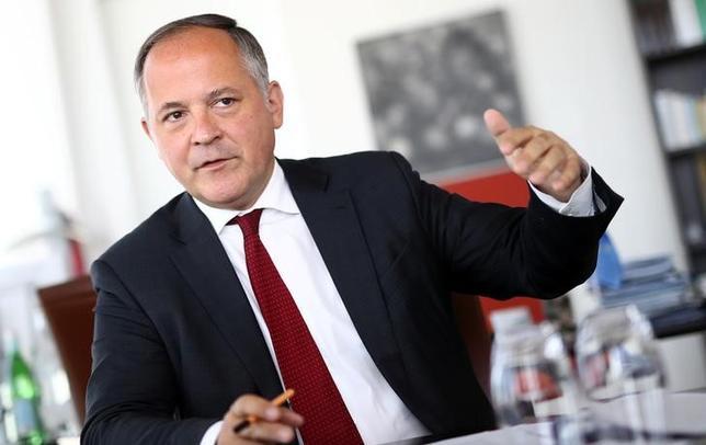 7月9日、欧州中央銀行(ECB)のクーレ専務理事は、フランス財政赤字を欧州連合(EU)の上限に沿った水準に抑えるという政府の取り組みについて、同国だけでなく、今後行われるユーロ圏の予算を巡る協議にとっても有益だとの見解を示した。独フランクフルトで5月撮影(2017年 ロイター/Kai Pfaffenbach)