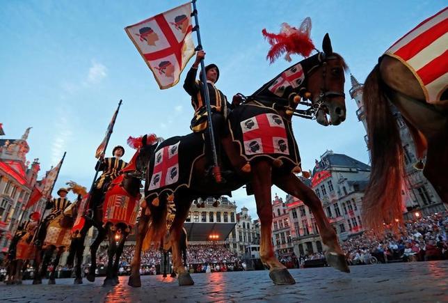 7月7日、ベルギーの首都ブリュッセルで、中世を再現する時代祭り「オメガング」が開催され、参加者らが当時のヘルメットや羽、縞模様のズボンなどを身に着けて中心地を練り歩いた(2017年 ロイター/Yves Herman)