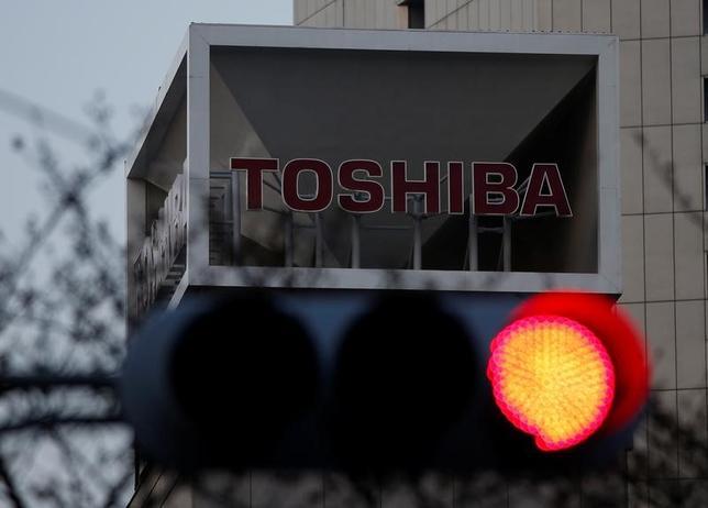 7月10日、日本経済新聞社は、日経平均株価の構成銘柄から東芝を除外し、セイコーエプソンを新規採用すると発表した。東芝の東証2部降格を受けた措置。写真は都内で3月撮影(2017年 ロイター/Issei Kato)
