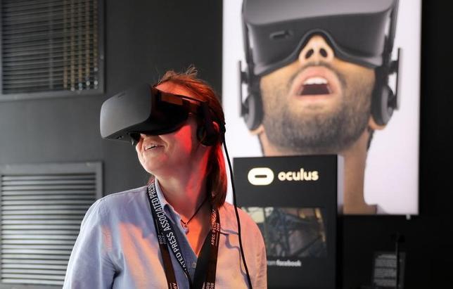 7月10日、米フェイスブック傘下でバーチャルリアリティ(仮想現実、VR)技術を手がけるオキュラスは、同日から6週間の期間限定でヘッドセットなどの装置を値下げすると発表した。2016年11月撮影(2017年 ロイター/Guadalupe Pardo)