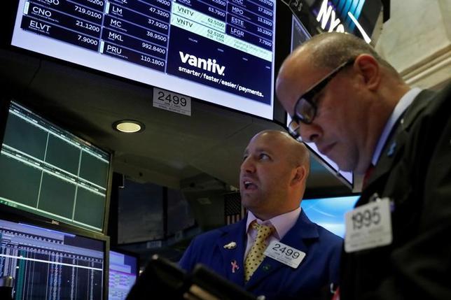7月10日、米国株式市場は、S&P総合500種とナスダック総合指数が続伸して取引を終えた。企業の四半期決算発表を控え、投資家の楽観的な見方からハイテク株が買われた。だが、ダウ工業株30種は小幅反落した。写真はニューヨーク証券取引所、5日撮影(2017年 ロイター/Brendan McDermidx)
