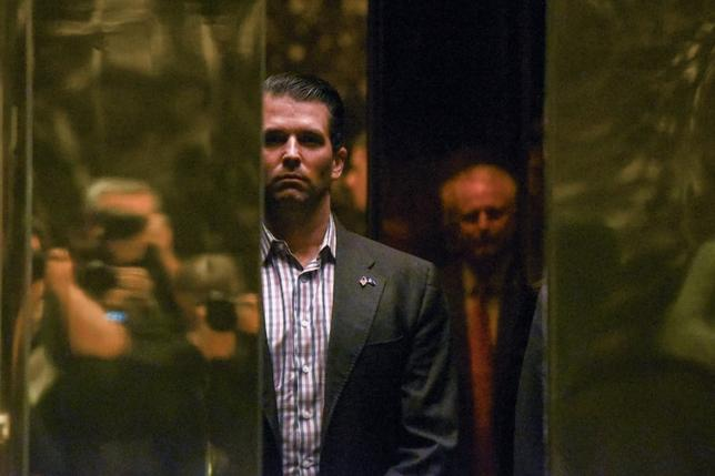 7月10日、トランプ米大統領の長男ドナルド・トランプ・ジュニア氏(写真中央)は、同氏とロシアとのつながりを巡る調査に関連して弁護士を起用した。同氏の事務所などが明らかにした。写真は1月ニューヨークで撮影(2017年 ロイター/Stephanie Keith)
