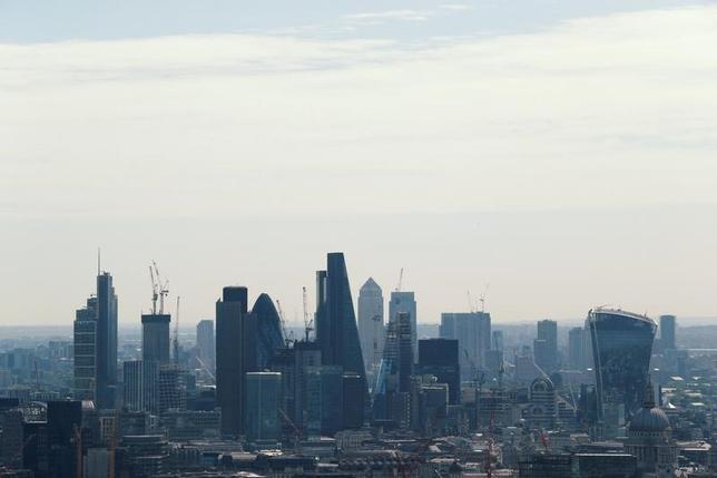7月11日、英金融サービス部門の業況感が今年の第2・四半期に低下していたことが最新の調査で分かった。写真はロンドンの新金融街カナリー・ワーフ。7日撮影(2017年 ロイター/John Sibley)