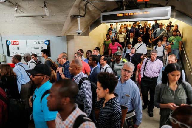 7月10日、米ニューヨークで公共交通機関に問題が多発し、通勤客らがツイッターで祈りを求めたり、不満をぶちまけるなどしている(2017年 ロイター/Eduardo Munoz)