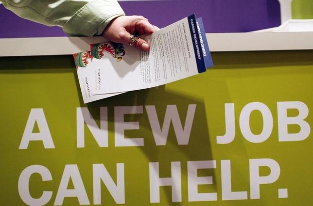 7月11日、5月の米求人労働移動調査で、自発的な離職件数が増加し、労働市場が引き続き堅調であることが示された。写真はNYで開催された就職フェアの様子。2009年3月撮影。(2017年 ロイター/Mike Segar)