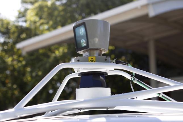 7月12日、米下院共和党は、自動運転車の公道走行に向けた障害を取り除くため、各州が独自のルールを定めることを禁じるといった内容を盛り込んだ法案を週内に提出する方針だ。写真はセンサー付き自動運転車。カリフォルニア州マウンテンビューで2014年5月撮影(2017年 ロイター/Stephen Lam)