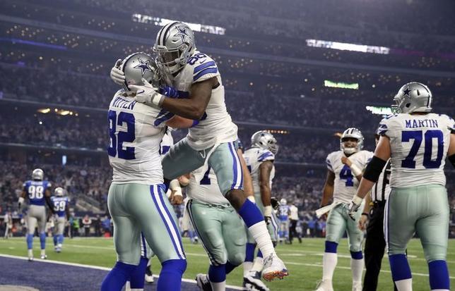 7月12日、米経済誌フォーブスが世界で最も価値のあるスポーツチームのランキングを発表し、NFLのカウボーイズが42億ドルで2年連続のトップに選出。写真はカウボーイズの選手たち。米テキサス州アーリントンで2016年12月撮影(2017年 ロイター/Kevin Jairaj-USA TODAY Sports)