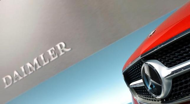 7月12日、南ドイツ新聞は、ドイツの自動車大手ダイムラーが、基準を超える有害物質を排出する車両を欧米で100万台以上販売した疑いが出ていると報じた。写真はダイムラーのロゴ、シュツットガルトで2月撮影(2017年 ロイター/Michaela Rehle)