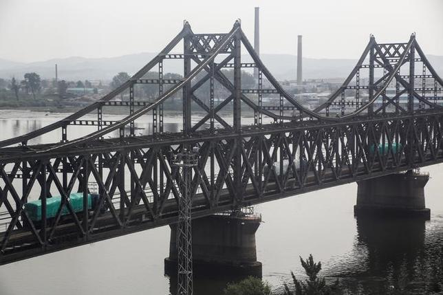 7月13日、中国税関当局が発表したデータによると、1─6月の中国の北朝鮮からの輸入は13.2%減の8億8000万ドルだった。写真は中朝「友好の橋」、昨年9月撮影(2017年 ロイター/Thomas Peter)