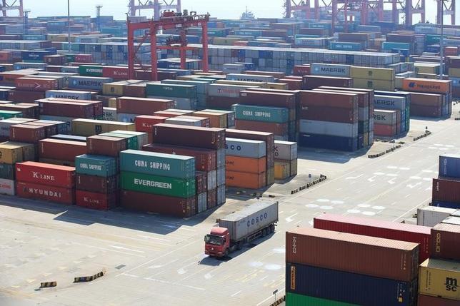 7月13日、中国税関総署が発表した6月の貿易統計は、輸出入ともに市場予想を上回る伸びとなった。中国製品に対する国外からの需要や、建設資材への国内需要の強さに支援された。写真は上海の洋山深水港で2月撮影(2017年 ロイター/Aly Song)