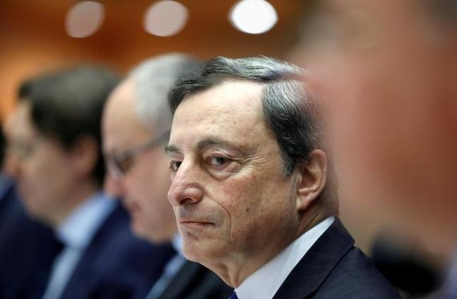 7月13日、米紙ウォールストリート・ジャーナルは、ECBが来年から資産買い入れを段階的に縮小する方針を9月7日の理事会で示唆する公算が大きいと報じた。写真はドラギECB総裁、2月6日撮影。(2017年 ロイター/Yves Herman)
