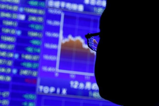 7月14日、来週の東京株式市場は、堅調地合いが見込まれる。日欧で金融政策決定会合が予定されており、政策変更は見込まれないものの、双方の中央銀行総裁の記者会見が焦点となる。写真は都内の株価ボード。2015年8月撮影(2017年 ロイター/Thomas Peter)