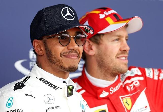 7月15日、自動車レースF1の今季第10戦、英国GP公式予選、メルセデスのルイス・ハミルトン(左)が通算67回目のポールポジションを獲得した(2017年 ロイター/Andrew Boyers)