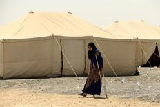 امرأة قريبة لأحد الرجال المتهمين بكونهم أعضاء في تنظيم الدولة الاسلامية تسير في معسكر شرقي الموصل يوم 15 يوليو تموز 2017. تصوير: ثائر السوداني - رويترز