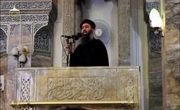 زعيم تنظيم الدولة الاسلامية ابو بكر البغدادي يلقى خطبة الجمعة في مسجد في الموصل يوم 5 يوليو تموز 2014. صورة حصلت عليها رويترز من فيديو على مواقع التواصل الاجتماعي. لم يتسن لرويترز التحقق من مضمون الصورة