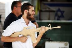 زائر أجنبي يشارك في تدريب على مكافحة الارهاب في مستوطنة غوش عتصيون بالضفة الغربية المحتلة يوم 13 يوليو تموز 2017. تصوير: نير الياس - رويترز.