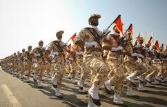 صورة من أرشيف رويترز لأفراد من الحرس الثوري الإيراني خلال عرض عسكري في طهران.