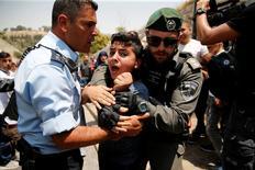 شاب فلسطيني اعتقلته شرطة الحدود الاسرائيلية اثناء مشاحنات لدى احتجاج الفلسطينيين على تثبيت بوابات الكترونية على أبواب المسجد الأقصى يوم الاثنين. تصوير: عمار عواد - رويترز