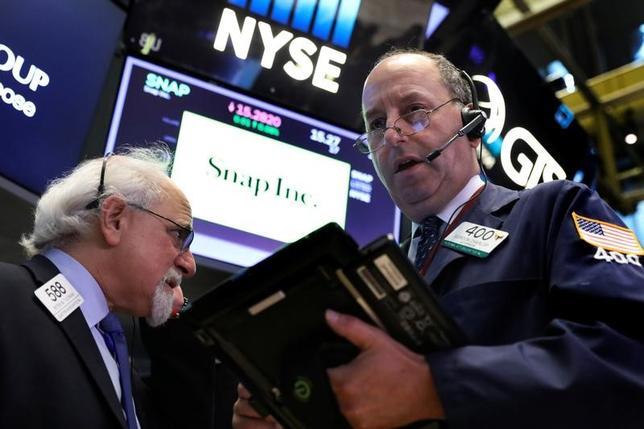 7月17日、米国株式市場は主要株価指数がほぼ横ばいで取引を終えた。企業の四半期決算で明暗が分かれる中、公益株や消費関連株が買われた一方、ヘルスケア関連株は売られた。写真はニューヨーク証券取引所で撮影(2017年 ロイター/Brendan McDermid)