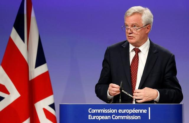 FILE PHOTO - Britain's Secretary of State for Exiting the European Union David Davis and European Union's chief Brexit negotiator Michel Barnier hold a joint news conference after the round of Brexit talks in Brussels, Belgium July 20, 2017. REUTERS/Francois Lenoir