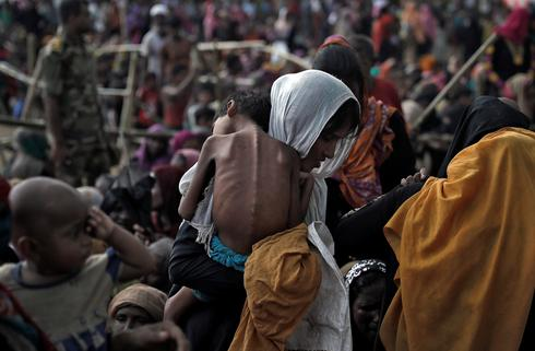 Rohingya flee Myanmar violence