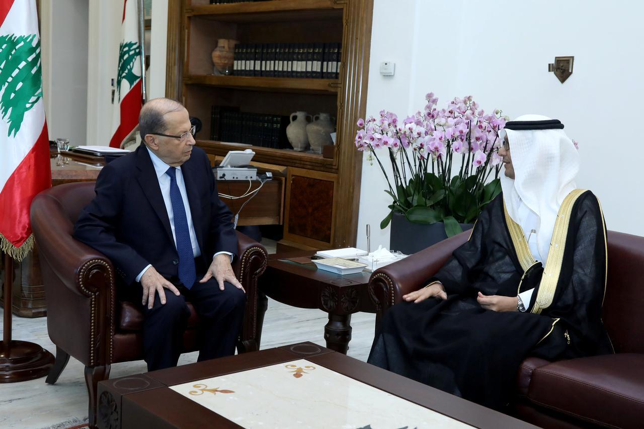 Il presidente libanese Aoun incontra l'inviato saudita Walid al Buhkari nel palazzo presidenziale a Baabda, in Libano, 10/11/2017. Credits to: Dalati Nohra/Reuters.