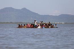 Desperate Rohingya flee on flimsy raft
